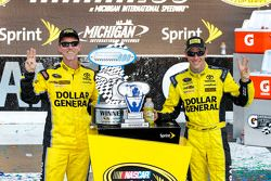 Il vincitore Matt Kenseth, Joe Gibbs Racing Toyota con il capo dello staff Jason Ratcliff