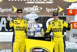 Ganador de la Carrera Matt Kenseth, Joe Gibbs Racing Toyota con el jefe de equipo Jason Ratcliff