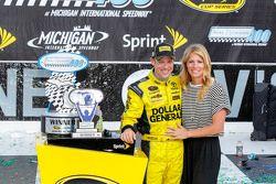 Il vincitore Matt Kenseth, Joe Gibbs Racing Toyota con la moglie Katie Martin