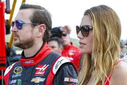 Kurt Busch, Stewart-Haas Racing Chevrolet con su novia Ashley Van Metre
