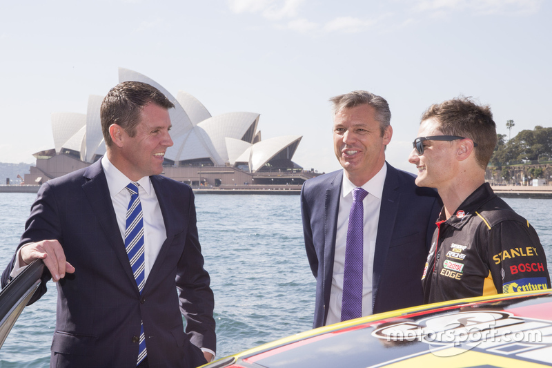 Tim Slade bersama NSW Premier Mike Baird dan V8 Supercars CEO James Warburton