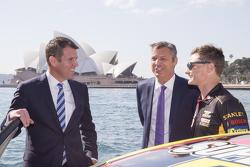 Tim Slade ile NSW Premier Mike Baird ve V8 Supercars CEO'su James Warburton