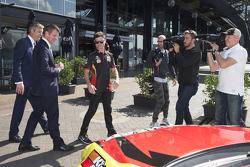 Тім Слейд, Джеймс Уорбертон, V8 Supercars CEO та NSW Premier Mike Baird