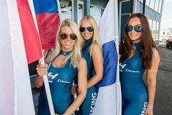 Девушки с флагами России и Финляндии