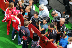 Kimi Raikkonen, Ferrari e Max Verstappen, Scuderia Toro Rosso, conversam com jornalistas