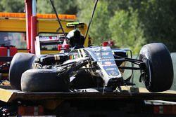 Поврежденный Lotus F1 E23 Пастора Мальдонадо, Lotus F1 Team после аварии в первой тренировке