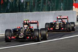 Пастор Мальдонадо, Lotus F1 E23 и Джолион Палмер, Lotus F1 E23 покидают боксы