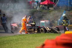 La Lotus F1 E23 di Pastor Maldonado, Lotus F1 Team danneggiata dopo l'incidente nella prima sessione