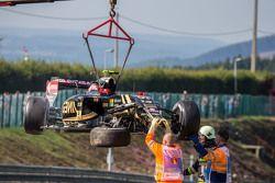 El dañado Lotus F1 E23 de Pastor Maldonado, Lotus F1 Team después de que se estrelló en la primera sesión de entrenamientos