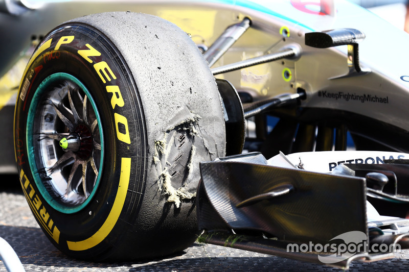 Поврежденная шина Pirelli на Mercedes AMG F1 W06 Нико Росберга, Mercedes AMG F1 во время второй тренировке