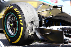пошкоджене Pirelli tyre on the Mercedes AMG F1 W06 Ніко Росберга, Mercedes AMG F1 в другій практиці