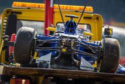 La Sauber C34 endommagée de Marcus Ericsson, Sauber F1 Team après son crash dans la deuxième séance d'essais libres