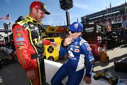 Clint Bowyer, Michael Waltrip Racing Toyota y Jeff Gordon, Hendrick Motorsports Chevrolet