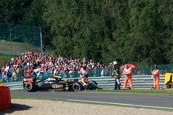 El Lotus F1 E23 de Pastor Maldonado, es recuperado después del coche en la P1
