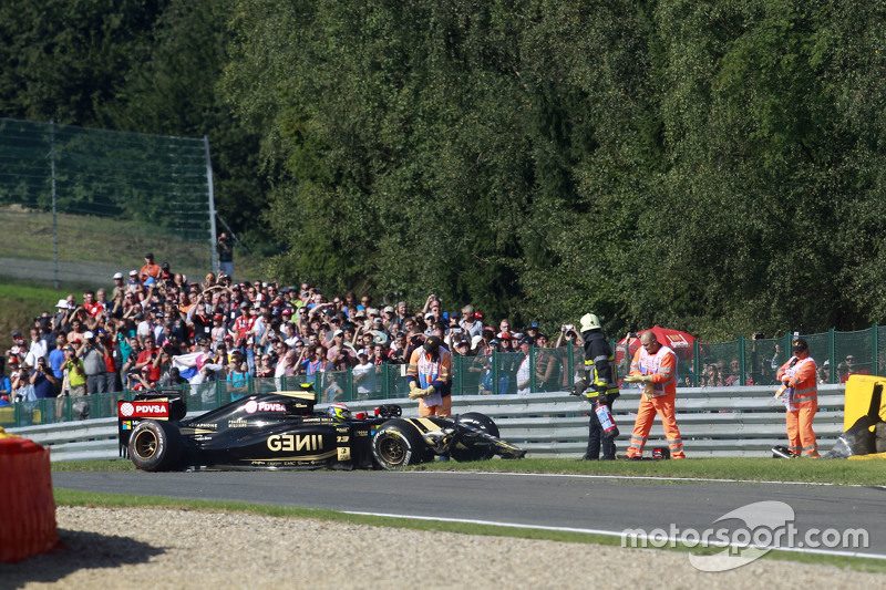Lotus F1 E23 of Pastor Maldonado, Lotus F1 Team after he crashed di first practice session