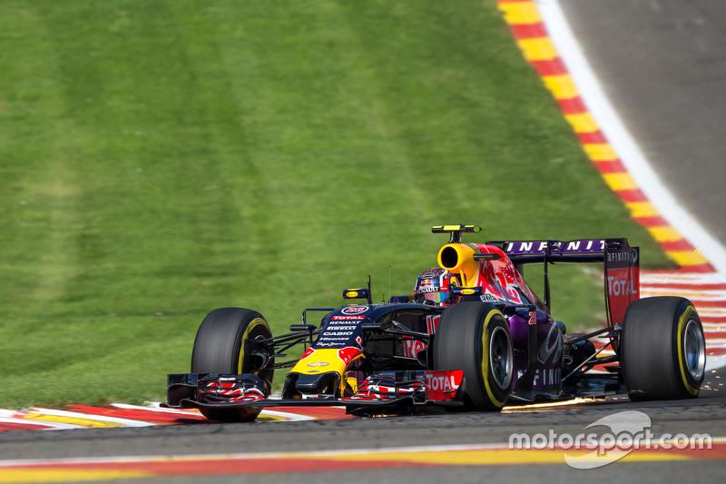 Daniil Kvyat, Red Bull Racing RB11 mengeluarkan percikan api