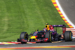 Daniil Kvyat, Red Bull Racing RB11 посилає іскри