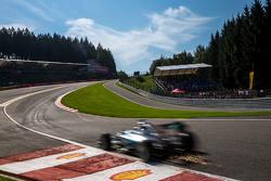 Искры из-под машины Льюиса Хэмилтона, Mercedes AMG F1 W06