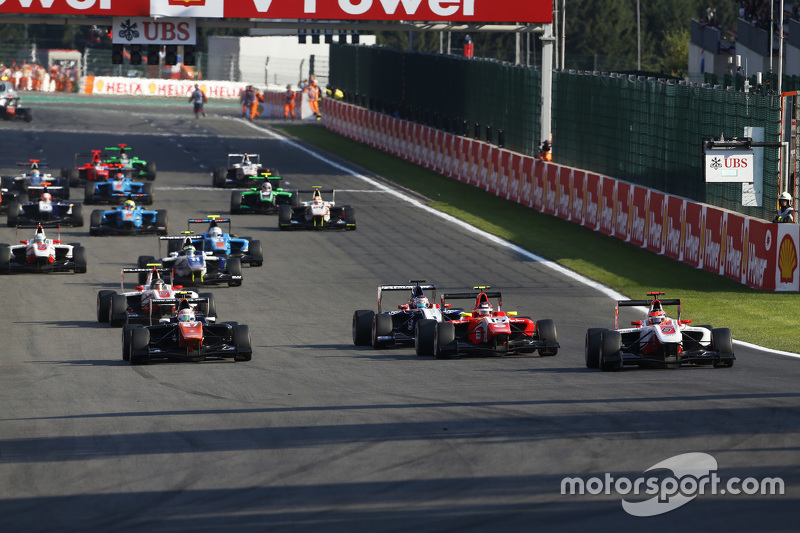 Start: Esteban Ocon, ART Grand Prix en Luca Ghiotto, Trident & Emil Bernstorff, Arden International