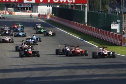 Start: Esteban Ocon, ART Grand Prix en Luca Ghiotto, Trident & Emil Bernstorff, Arden International