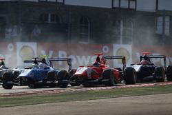 Matheo Tuscher, Jenzer Motorsport & Aleksander Bosak, Arden International lead Mitch Gilbert, Carlin