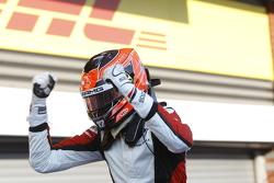 Race winnaar Esteban Ocon, ART Grand Prix viert in Parc Ferme.