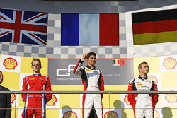 Podium: 2de Emil Bernstorff, Arden International, winnaar Esteban Ocon, ART Grand Prix en 3de Marvin
