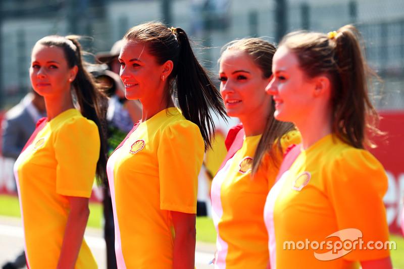 Chicas de cuadrícula en el desfile de los conductores