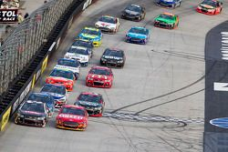 Austin Dillon, Richard Childress Racing Chevrolet y Greg Biffle, Roush Fenway Racing Ford lead