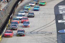 Greg Biffle, Roush Fenway Racing Ford y Kasey Kahne, Hendrick Motorsports Chevrolet lead
