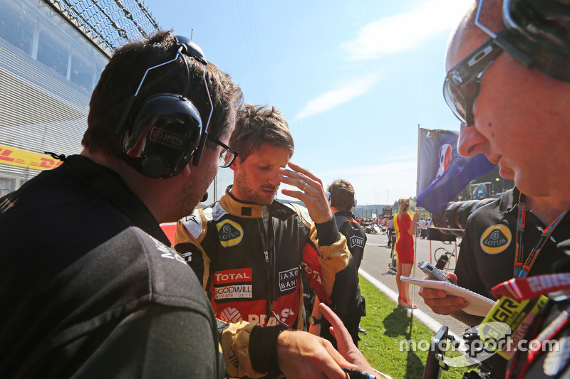 Romain Grosjean, Lotus F1 Team on the grid with Julien Simon-Chautemps, Lotus F1 Team Race Engineer,