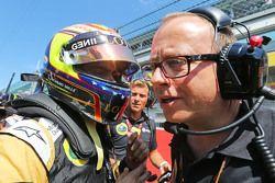 Пастор Мальдонадо, Lotus F1 Team на стартовой решетке и Марк Слейд, гоночный инженер Lotus F1 Team