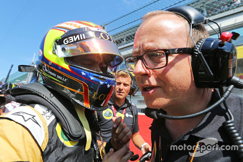 (L to R): Pastor Maldonado, Lotus F1 Team on the grid with Mark Slade, Lotus F1 Team Race Engineer
