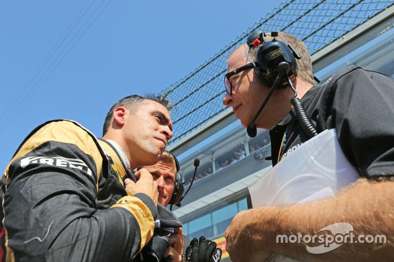 (Kiri ke Kanan): Pastor Maldonado, Lotus F1 Team di grid dengan Mark Slade, Lotus F1 Team Race Engin
