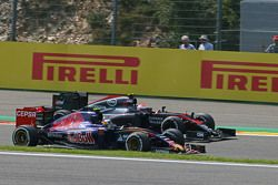 Carlos Sainz Jr., Scuderia Toro Rosso STR10 and Jenson Button, McLaren MP4-30 battle for position