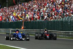 Фелипе Наср, Sauber C34 и Дженсон Баттон, McLaren - борьба за позицию