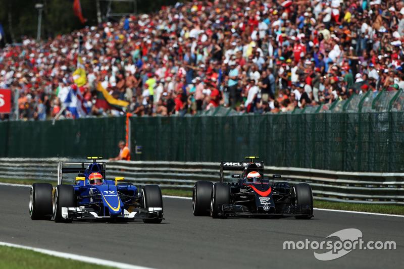 (Kiri ke Kanan): Felipe Nasr, Sauber C34 dan Jenson Button, McLaren bertarung memperebutkan posisi