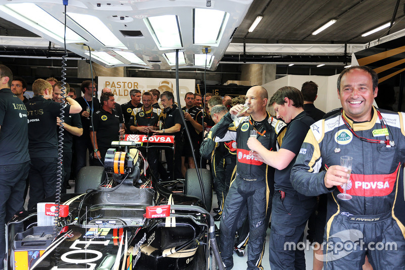 Lotus F1 Team merayakan third position for Romain Grosjean, Lotus F1 Team