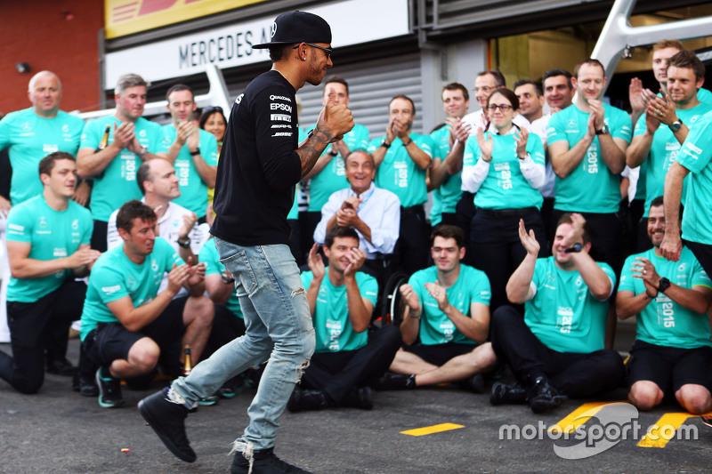 Yarış Galibi Lewis Hamilton, takımıyla birlikte kutlama yapıyor