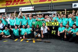 Race winner Lewis Hamilton, Mercedes AMG F1 celebrates with the team