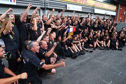 Romain Grosjean, de Lotus F1 Team celebra su tercera posición con el equipo