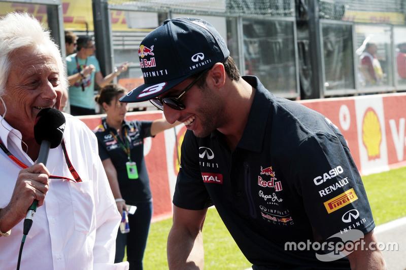 Daniel Ricciardo, Red Bull Racing dengan Bob Constdanuros, Jurnalis dan Komentator Sirkuit dalam parade pembalap