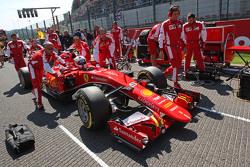 Sebastian Vettel, Ferrari SF15-T en la parrilla