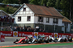 Sebastian Vettel, Ferrari SF15-T y Nico Rosberg, de Mercedes AMG batalla F1 W06 para la posición