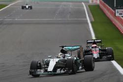Lewis Hamilton, Mercedes AMG F1 W06 lidera a Jenson Button, McLaren MP4-30
