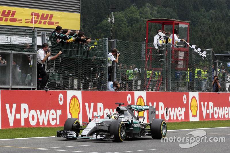 Juara balapan Lewis Hamilton, Mercedes AMG F1 W06 merayakans as he takes the chequered flag di end of the race