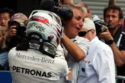 El ganador, Lewis Hamilton, Mercedes AMG F1 celebra con el equipo