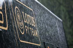 Тягач команды Lotus F1 Team truck во время дождя после гонки