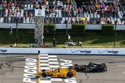 Ryan Hunter-Reay, Andretti Autosport Honda y Josef Newgarden, CFH Racing Chevrolet