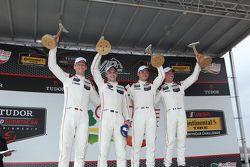 Para juara balapan #911 Porsche North America Porsche 911 RSR: Patrick Pilet, Nick Tandy, dan pering